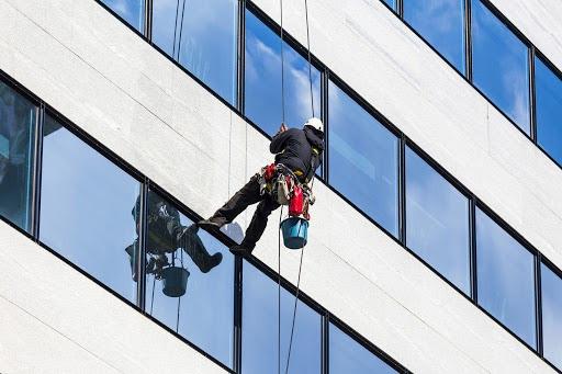 Tại sao phải sử dụng dịch vụ vệ sinh kính cho tòa nhà cao tầng?